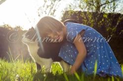 Deutschalnd, Baden-Württemberg, kleines Mädchen mit Katze auf Wiese