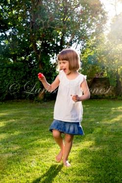 Deutschland, Badne-Württemberg, Mädchen mit Seifenblasen